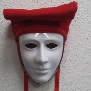 Maschera Sartiglia Bianca Con Broccato E Berrita Rossa