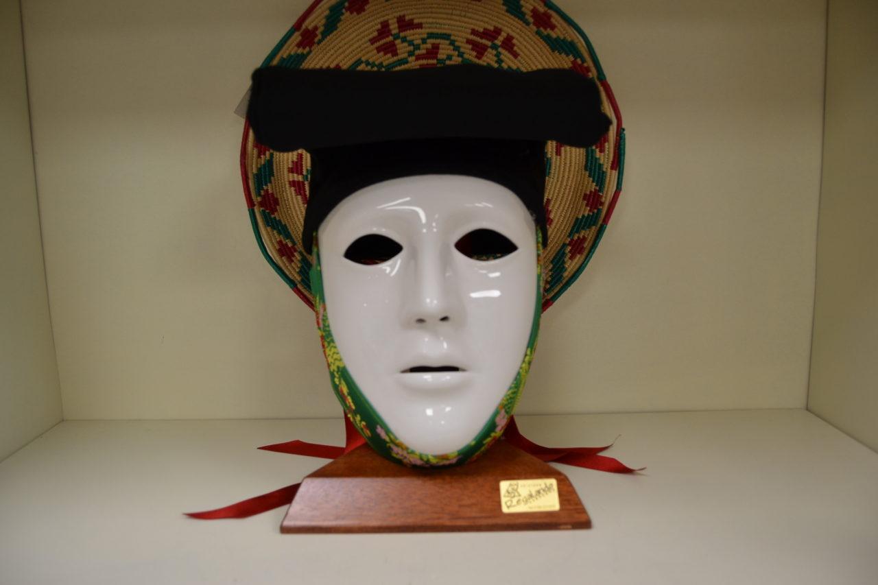 Maschera Sartiglia Bianca Con Broccato E Berrita Nera