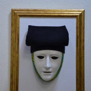 Maschera Sartiglia Bianca Con Broccato E Beritta Nera Montata Su Quadro