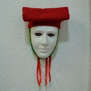 Maschera Sartiglia Bianca Con Broccato Verde E Berrita Rossa