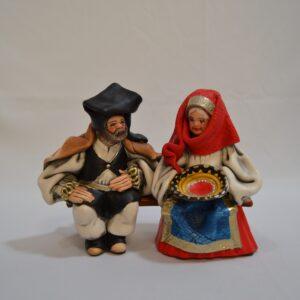 Coppia Di Anziani In Abito Tradizionale Sulla Panchina – Ceramica Artigianale